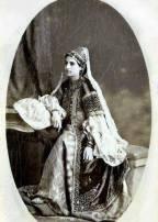 Femme d'Annaba portant un caftan en velours.