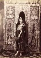 Femme d'Alger portant un caftan en velours, 1875.