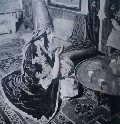 Caftan porté avec la sarma, tenue nuptiale de la femme d'Alger.