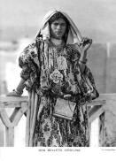 Femme algérienne portant un caftan en brocart et un haïk, 1916.