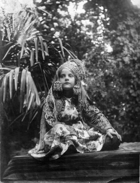 Fillette de Tlemcen portant la abaya.