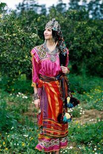 Tenue kabyle avec un tisfifine. (© DZeriet Magazine)