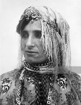 Femme d'Alger portant un caftan en brocart, 1930. (©Keystone-France)