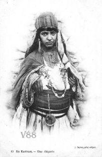 Femme de Kabylie portant un long tisfifine.