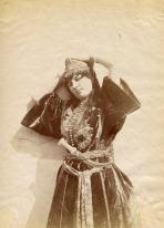 Femme de l'Oranie portant un caftan en velours, 1870.