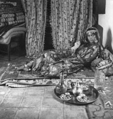 Jeune femme d'Oran en abaya lors de la séance du thé à la menthe. (© Roxane Delcroix)