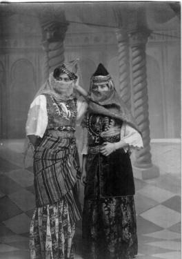 Femme d'une autre époque portant le caftan de Tlemcen(a'rftan).