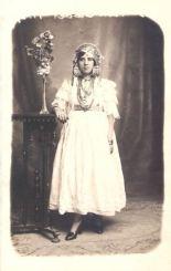 Femme de Tlemcen portant la blousa avec la coiffe traditionnelle, fin du XIXe siècle.