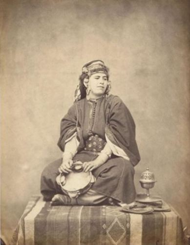 Domestique constantinoise portant un caftan de soie fine, circa 1857.