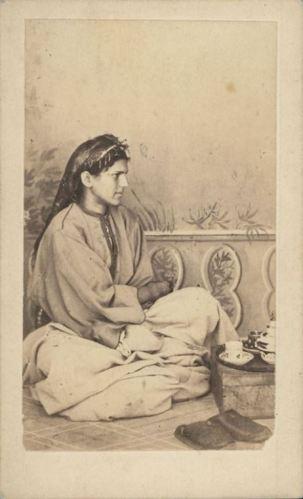 Femme d'Algérie portant un caftan en soie fine, 1870.