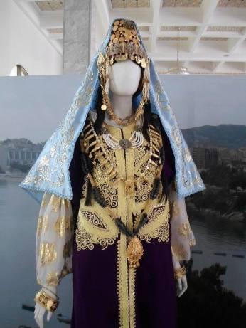 Caftan court(qat) avec la dlala, formant la tenue nuptiale de la mariée d'Annaba. (©Association Arrawnek El-Annabi)