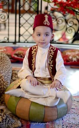 Enfant portant le hzem selon la tradition algérienne.