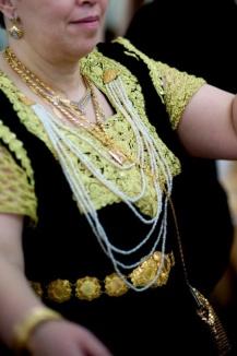 Femme de Constantine portant le hzem soltani. (© http://www.photofolle.net/mariage-a-la-constantinoise)