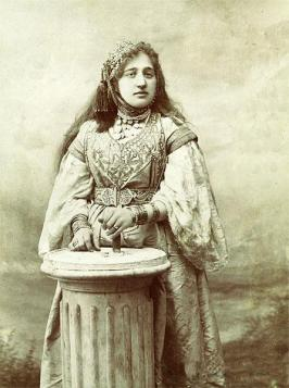 Juive d'Alger parée du hzem el qitane, 1900.