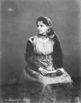 Juive de Laghouat parée du hzem el qitane, 1900.