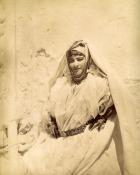 Femme d'Algérie portant un hzem el qitane, XIXe siècle.