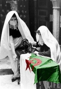 Femmes algériennes en haïk cousant le drapeau à la veille de l'indépendance.