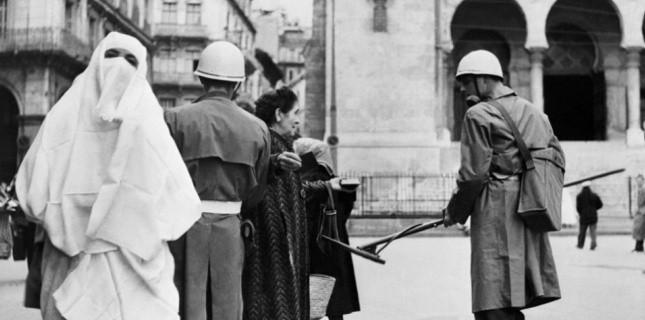 Un soldat français utilise un détecteur de mines sur les passantes le 16 janvier 1957,