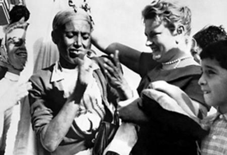 Femmes européennes arrachant le haïk à une algérienne en 1957.