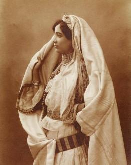 Femme d'Alger en haïk durant le XIXème siècle.