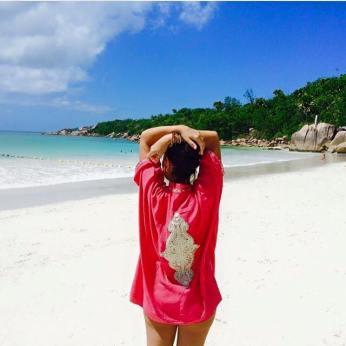 Kimono brodé en fetla porté à Anse Lazio, Seychelles.